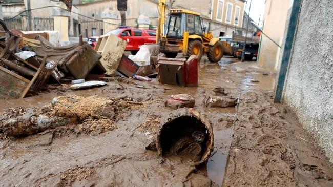 Banjir ini akibat dari hujan deras yang turun tiba-tiba dengan ketinggian curah 200 mm yang berlangsung selama beberapa jam Selasa (8/10) lalu. (REUTERS/Enrique Calvo)