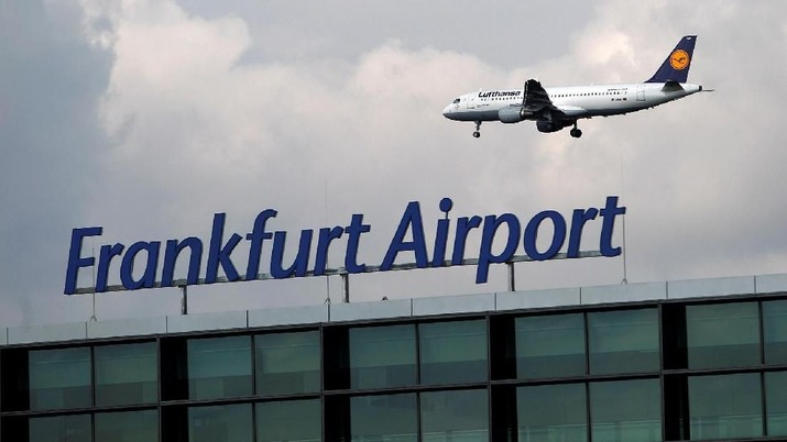 An aircraft of German air carrier Lufthansa flies beyond the A-Plus terminal section at the Fraport airport in Frankfurt, Germany September 28, 2012.  REUTERS/Lisi Niesner/File Photo