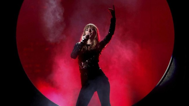 Taylor Swift membuka acara American Music Awards 2018 dengan membawakan lagu 'I Did Something Bad' dengan latar patung ular raksasa. (REUTERS/Mario Anzuoni)