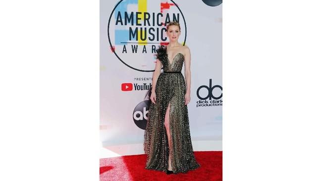 Amber Heard membuktikan sisi cantik dan elegannya dalam balutan gaun bling-bling dari Ralph & Russo.(REUTERS/Mike Blake)