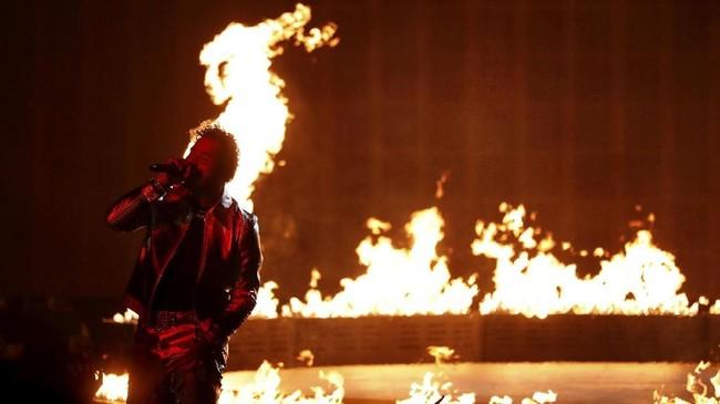 Penampilan Post Malone pun tak kalah berapi-api di panggung American Music Awards 2018. (REUTERS/Mario Anzuoni)