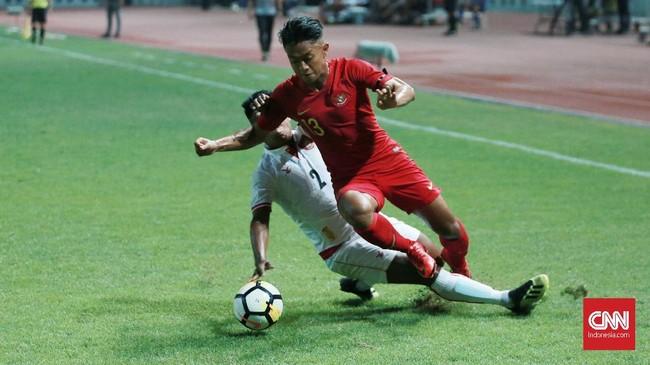 Timnas Indonesia menghadapi Myanmar dalam laga uji coba di Stadion Wibawa Mukti, Cikarang, Rabu (10/10), yang juga jadi bagian dari persiapan menuju Piala AFF bulan November mendatang. (CNN Indonesia/Andry Novelino)