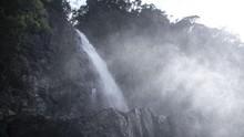 Menikmati Debur Air Terjun Segenter di Lombok