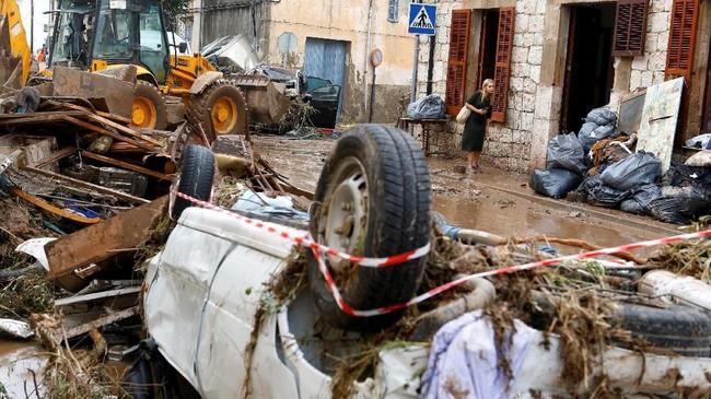 Perempuan yang tengah berada di dalam mobil dengan anaknya juga tewas. (REUTERS/Enrique Calvo)
