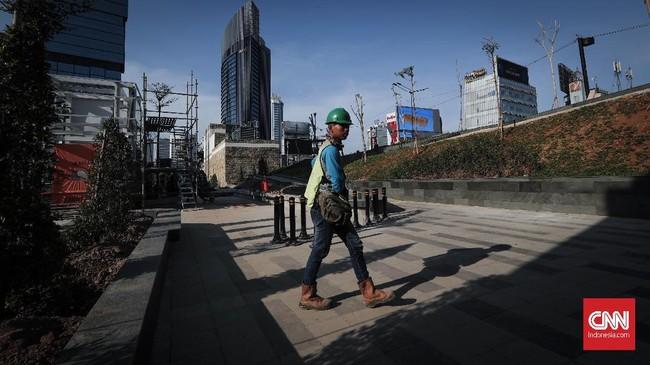 Hingga pekan ini sejumlah pekerja masih menyelesaikan stasiun MRT Dukuh Atas beserta taman di sekitarnya.