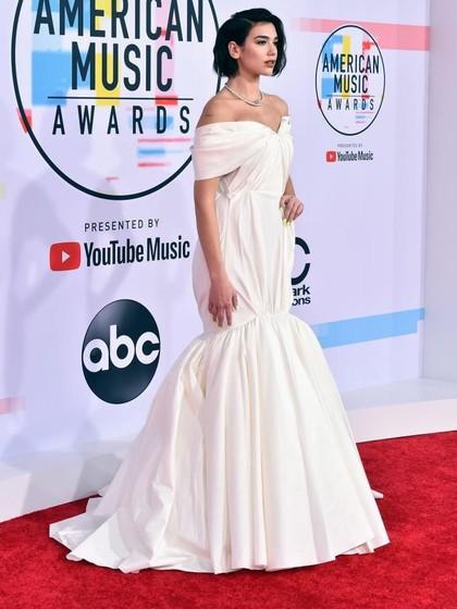 Dua Lipa Bergaya Bak Pengantin di Karpet Merah American Music Awards