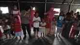 Sejumlah anak korban tsunami mengikuti trauma healing di posko penampungan pengungsi halaman Masjid Agung Darussalam Palu, Sulawesi Tengah, Selasa (9/10). Trauma healing yang dilakukan untuk membantu memulihkan kejiwaan anak pascagempa bumi dan tsunami. ANTARA FOTO/Basri Marzuki/aww/18.