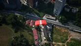Beberapa waktu lalu menara Kuala Lumpur, Malaysia, dipilih menjadi lokasi ajang tahunan internasionalbase jumping. Melayang dari ketinggian 300 meter jelas bukan perkara yang menyenangkan bagi kebanyakan orang.
