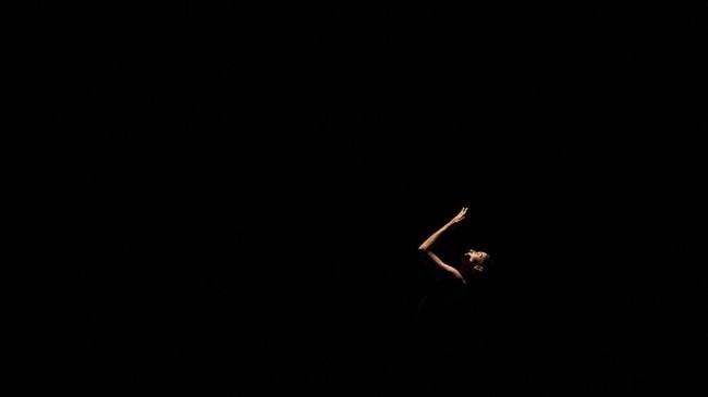 Seorang penari balet Rusia berlatih tarian