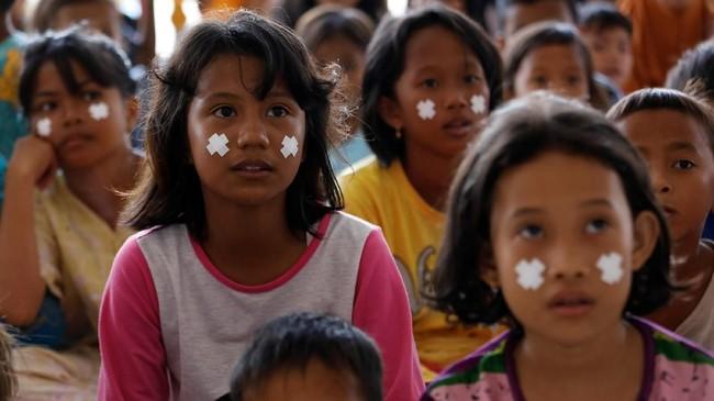 Kelas-kelas pendidikan juga digelar di tempat-tempat pengungsian. Di sana anak-anak bisa mengikuti kegiatan belajar-mengajar yang digelar oleh relawan. REUTERS/Darren Whiteside