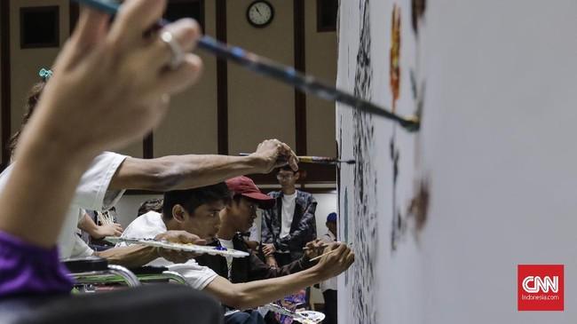 Dengan semangat, para seniman ini menuangkan imajinasi mereka melalui goresan cat di atas kanvas. (CNNIndonesia/Adhi Wicaksono.)