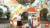 Tak luput Gerbang Mural hasil karya lima seniman muda Semarang yakni Puthut Aldoko Wilis, Arief Hadinata, Azis Wicaksono, Guruh Indra W dan Muhammad So'if turut menghiasi taman ini. (CNN Indonesia/Agniya Khoiri)