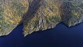 Rusia, tepatnya di kawasan Sungai Yenisei, Krasnoyarsk, juga mengalami musim gugur yang merona. (REUTERS/Ilya Naymushin)