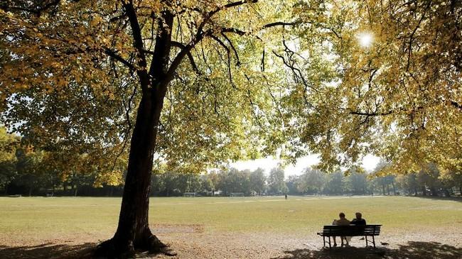 Di musim gugur, banyak pengunjung taman yang datang bersama pasangannya untuk merasakan suasana sore yang lebih romantis, seperti di Parc de Milan, Lausanne, Swiss. (REUTERS/Denis Balibouse)