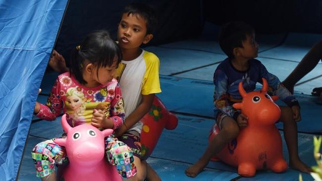 Anak-anak pengungsi gempa dan tsunami Palu selama masa penanganan dan evakuasi banyak menghabiskan waktu bermain di tempat pengungsian. ANTARA FOTO/Yusran Uccang/aww/18.