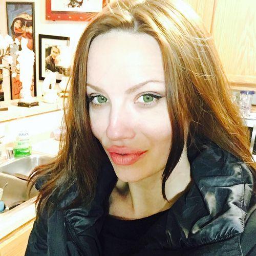 Potret Melissa Baizen, Wanita yang Disebut Kembarannya Angelina Jolie