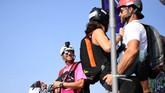 Sekilas olahraga ekstrim ini mirip dengan bungee jumping, namun dicampur dengan terjun payung.