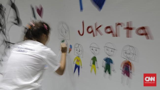 Sejumlah penyandang disabilitas melukis mural di kanvas sepanjang 20 meter, di Balaikota, Jakarta, Kamis, 11 Oktober 2018. (CNNIndonesia/Adhi Wicaksono.)