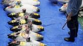 Lonceng pun tetap dibunyikan sebagai tanda pemanggil pelelang ikan untuk mulai menawar harganya. (REUTERS/Issei Kato)