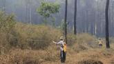 Kebakaran yang melanda kawasan hutan Gunung Ciremai semakin meluas hingga mencapai 400 hektar dan titik api semakin mendekati pemukiman warga. ANTARA FOTO/Dedhez Anggara