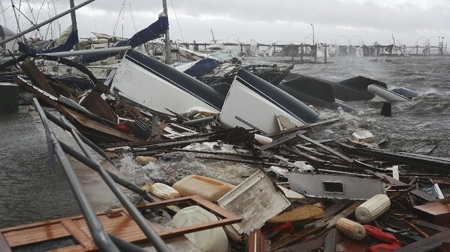 Perahu yang ditambatkan di sekitar pelabuhan tampak di antara tumpukan puing-puing setelah badai Michael lewat(Raedle/Getty Images/AFP)