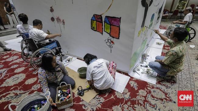 Kegiatan melukis di kanvas sepanjang 20 meter ini bertujuan memberikan kesempatan para penyandang difabel untuk menunjukan karya terbaiknya. (CNN Indonesia/Adhi Wicaksono.)