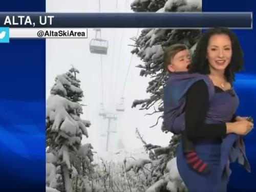 Viral, Aksi Presenter Ramalan Cuaca Gendong Anak Saat Siaran