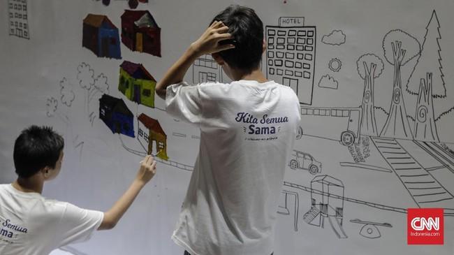 Meski memiliki keterbatasan fisik, namun para seniman ini tetap memiliki daya imajinasi luar biasa dan mampu menuangkannya dalam bentuk mural. (CNNIndonesia/Adhi Wicaksono.)