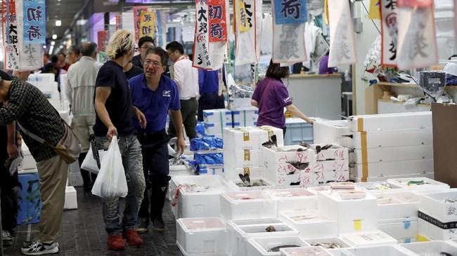 Pasar ikan legendaris ini sudah pindah ke lokasi baru, namun semua ritual yang ada di dalamnya tak berubah.(REUTERS/Issei Kato)