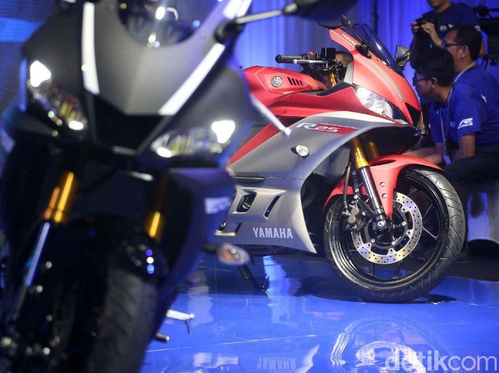 Yamaha R25 memiliki tiga warna yakni hitam, merah, dan biru.