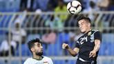 Kemenangan ini menjadi modal penting bagi timnas Argentina yang akan menjajal kekuatan rivalnya di Amerika Selatan, Brasil, pada Selasa (16/10) atau Rabu dini hari WIB. (REUTERS/Waleed Ali)
