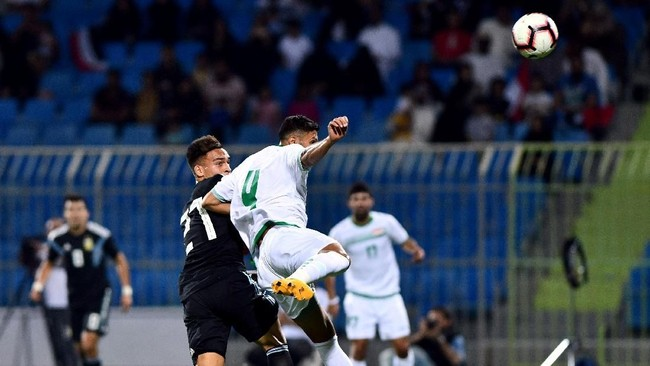 Timnas Argentina yang tak diperkuat sejumlah bintang utama seperti Lionel Messi, berhasil mencukur Irak dengan skor 4-0 pada laga uji coba internasional di Stadion Prince Faisal bin Fahd, Riyadh, Arab Saudi. (REUTERS/Waleed Ali)