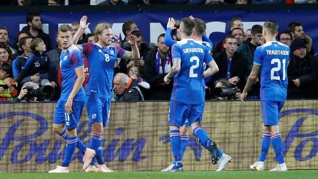 Prancis tertinggal dua gol lebih dulu dan baru mampu menyamakan kedudukan lewat gol bunuh diri Holmar Oern Eyjolfsson dan eksekusi penalti Kylian Mbappe. (REUTERS/Stephane Mahe)