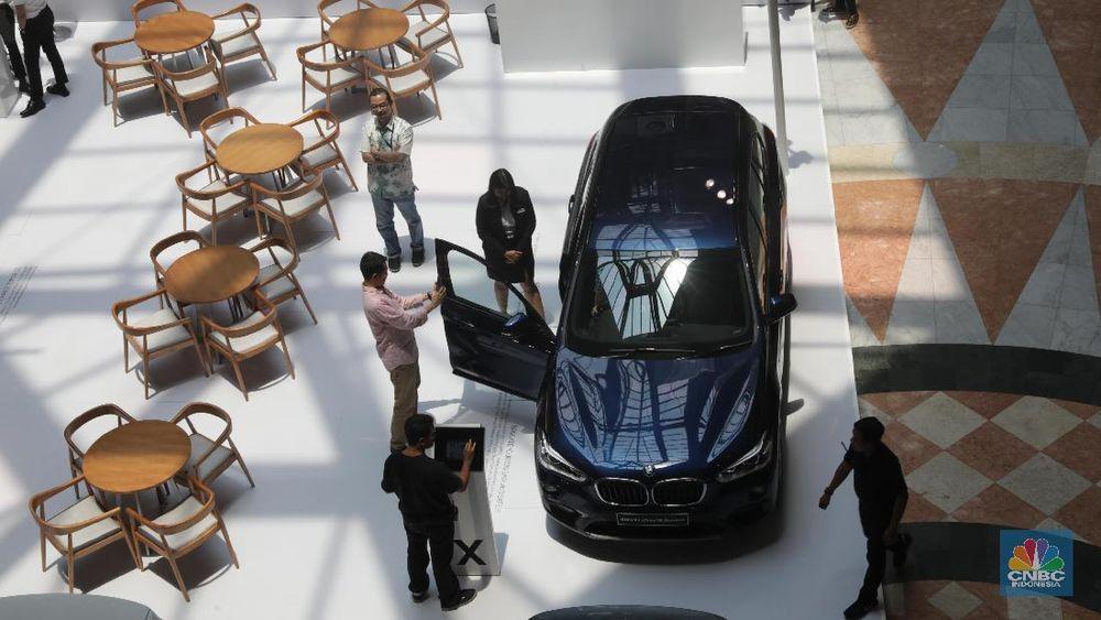 Pengunjung melihat BMW Seri 5 rakitan lokal pada acara BMW Exhibition di Plaza Senayan, Jakarta, Jumat,(12/10). Pameran tersebut merupakan program trade-in dan trade-up bagi pelanggan yang ingin meremajakan kendaraannya dengan model terbaru BMW. (CNBC Indonesia/Muhammad Sabki)