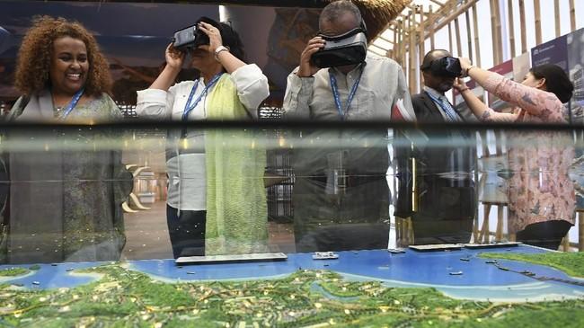 Sejumlah delegasi mencoba alat Virtual Reality (VR) dan Augmented Reality (AR) ketika mengunjungi pameran di Paviliun Indonesia. (ANTARA FOTO/Zabur Karuru).
