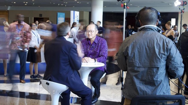 Presiden Grup Bank Dunia Jim Yong Kim mengikuti sesi wawancara khusus dengan sebuah stasiun televisi. Ada sekitar 1.000 awak media yang menghadiri acara IMF-World Bank 2018. (ANTARA FOTO/Nicklas Hanoatubun).