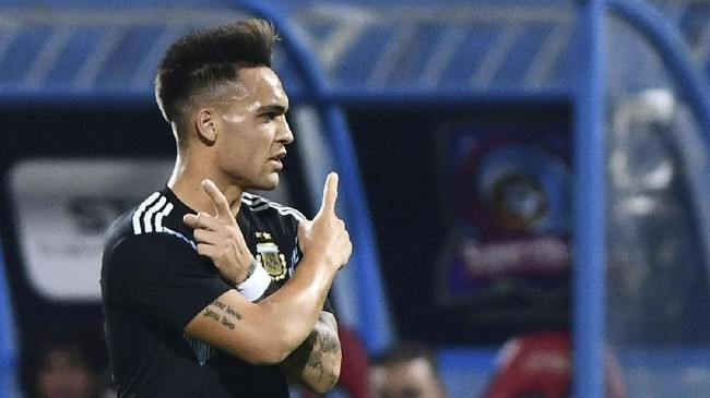 Albiceleste unggul 1-0 di babak pertama berkat gol Lautaro Martinez pada menit ke-18. Tiga gol tambahan tercipta di babak kedua melalui aksi Roberto Pereyra (53'), German Pezzella (82'), dan Franco Cervi (90+1'). (REUTERS/Waleed Ali)
