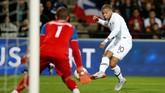Hasil cukup mengejutkan datang dari tim juara Piala Dunia 2018, Prancis. Tampil di depan publik sendiri, Les Bleus hanya mampu bermain imbang 2-2 lawan Islandia. (REUTERS/Stephane Mahe)