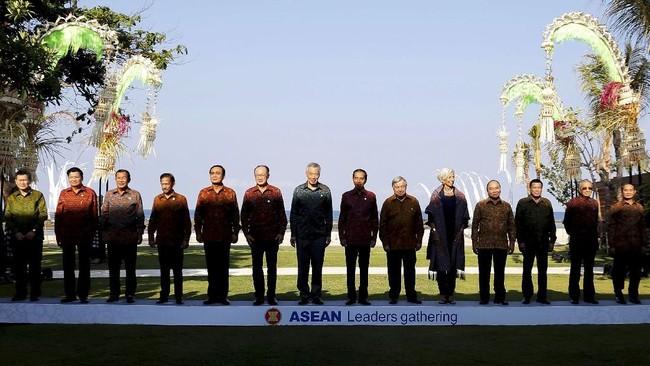 Para pemimpin negara berpose dalam Pertemuan Pemimpin ASEAN. (REUTERS/Johannes P. Christo).