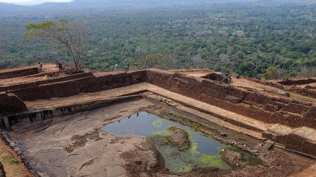 Setelah itu area ini tidak lagi digunakan secara sempurna dan mulai terbengkalai. (CNN Indonesia/Safir Makki)