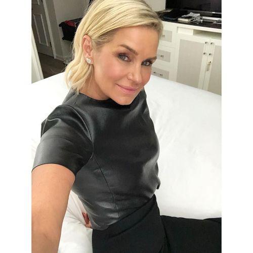 Wanita Usia 54 yang Awet Muda Ini Ibunya Gigi Hadid, Cantiknya Bak Usia 34