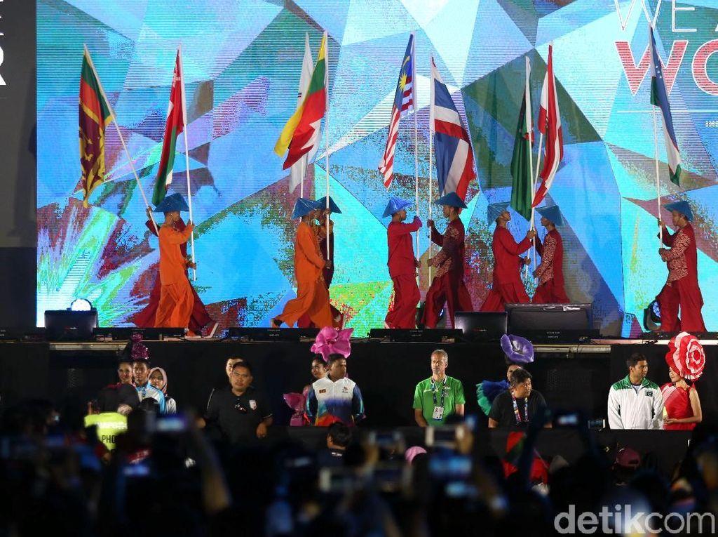 Sejumlah penampil membawa bendera negara peserta Asian Para Games 2018.