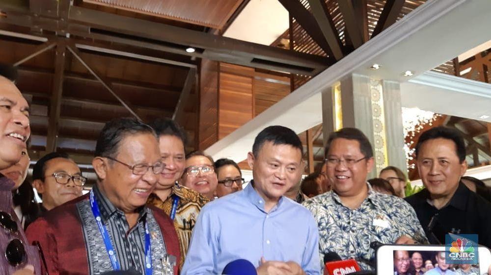 Pendiri Alibaba Jack Ma didampingi Menteri Koordinator Bidang Perekonomian Darmin Nasution, Menkominfo Rudiantara dan jajaran pejabat pemerintahan saat ditemui pada acara Dana Moneter Internasional (IMF)-Bank Dunia (World Bank-WB) di Nusa Dua, Bali, Sabtu (13/10). (CNBC Indonesia/Lidya)