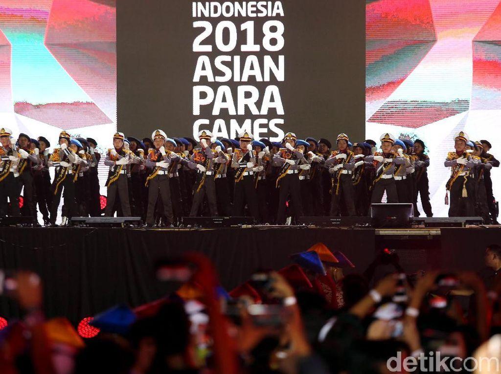 Selain ada pula penampilan tari dari anak-anak dengan menggunakan pakaian kepolisian semakin memeriahkan penutupan Asian Para Games 2018.