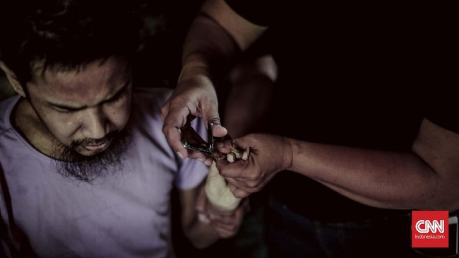Sekali waktu, Asep berobat ke salah satu rumah sakit jiwa di Jakarta.