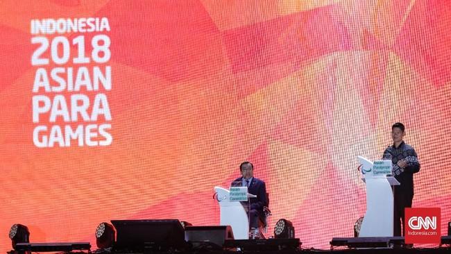 Ketua INAPGOC Raja Sapta Oktohari (kanan) menyampaikan pidato disaksikan Presiden Asian Paralympic Committee Majid Rashed (kiri) pada upacara penutupan Asian Para Games 2018 di Stadion Madya GBK. (CNN Indonesia/Adhi Wicaksono)