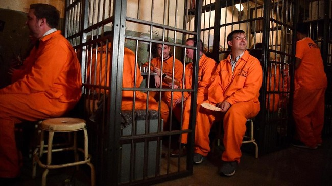 Alih-alih memasang musik bertempo kencang yang biasa menemani pengunjung bar, Alcotraz malah menampilkan lagu-lagu akustik yang autentik dari dalam penjara. (Photo by BEN STANSALL/AFP)