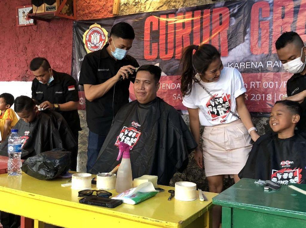 Relawan Jokowimotion Gelar Cukur Gratis