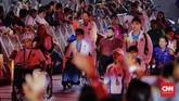 Defile para atlet dalam upacara penutupan Asian Para Games 2018 di Stadion Madya, Senayan, Jakarta, Sabtu (13/10). Para atlet disambut meriah dalam acara penutupan ini. (CNN Indonesia/Adhi Wicaksono)