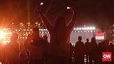 Aksi penonton pada pacara Penutupan Asian Para Games 2018 di Stadion Madya. Para penonton bersemangat dan antusias dalam acara pamungkas itu.(CNN Indonesia/Adhi Wicaksono)